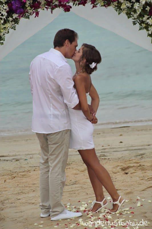 Brautpaar küssend am Strand