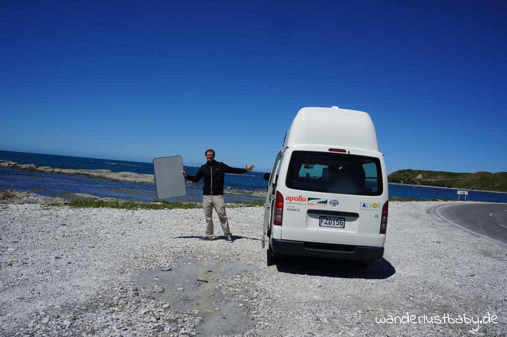 Küste in Neuseeland mit Camper