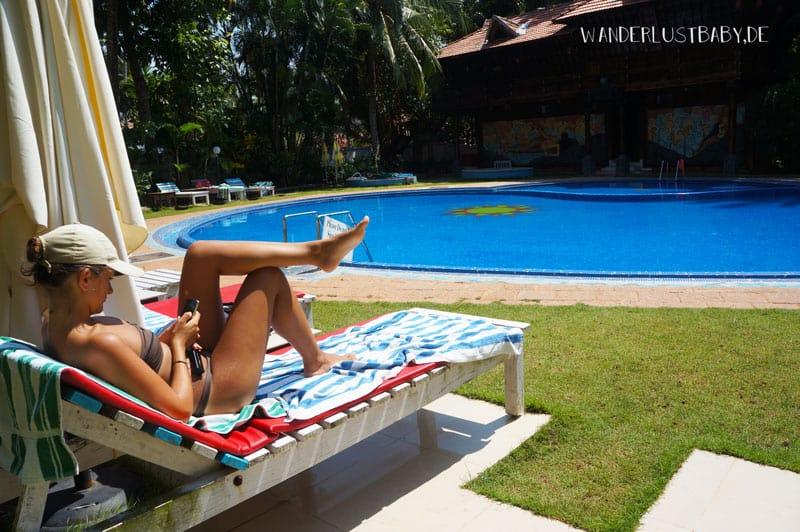 Frau auf liege am Pool