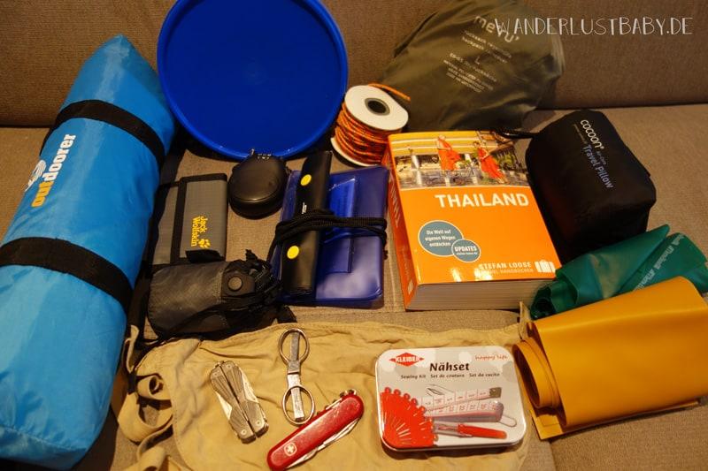 Reiseequipment mit Reiseführer