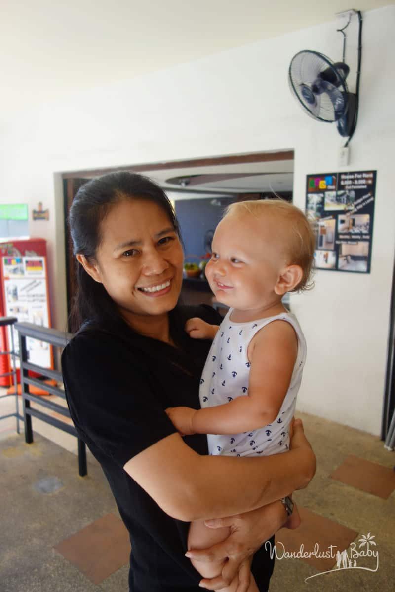 Baby auf dem Arm von Frau