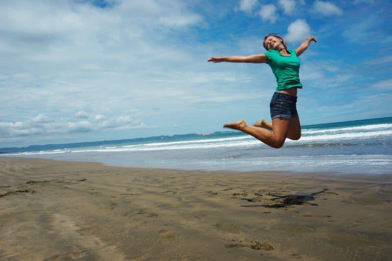 Sprungbild am Strand Frau