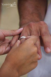 Frau zieht Mann Ehering an