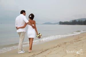 Hochzeitspaar spaziert am Strand