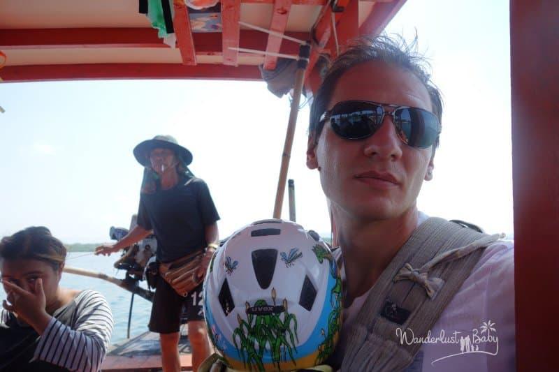 Mann mit Baby auf Boot