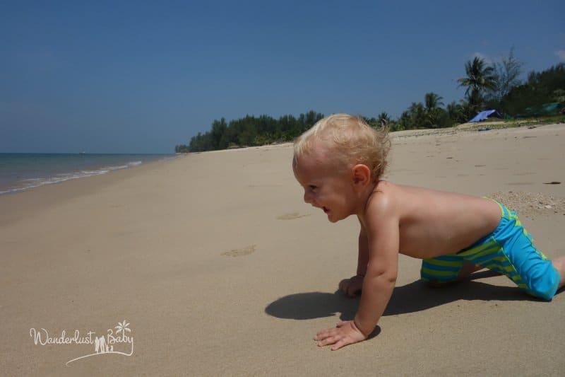 Baby krabbelt am Strand