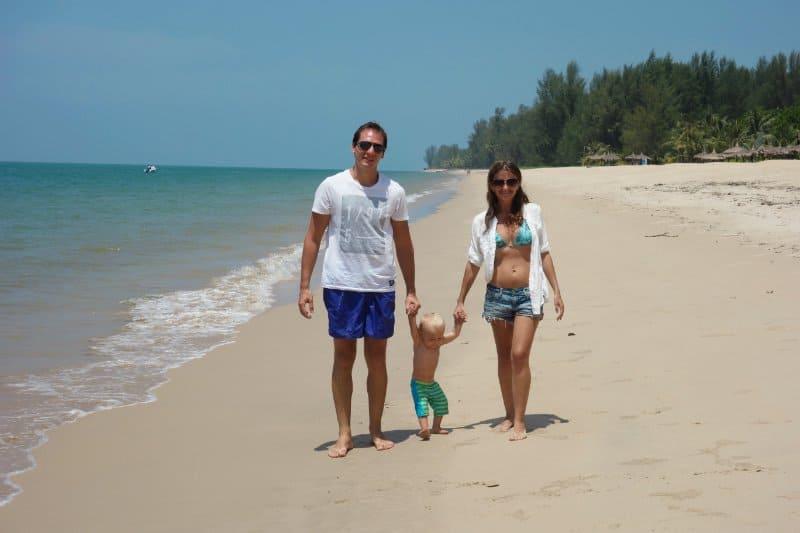 Familie am Strand von Khao Lak Thailand
