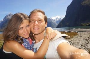 Frau mit Mann vor Gebirge