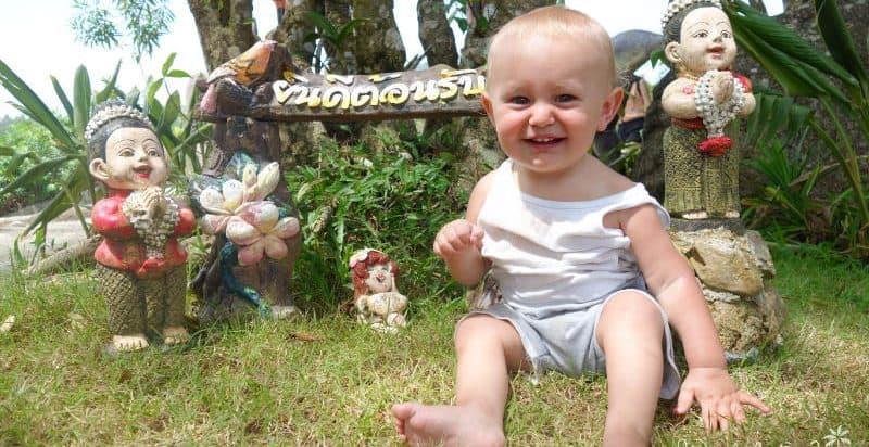 Baby mit Gartenzwergen