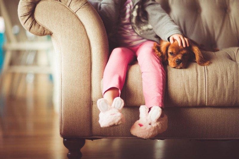 Mädchen auf dem Sofa