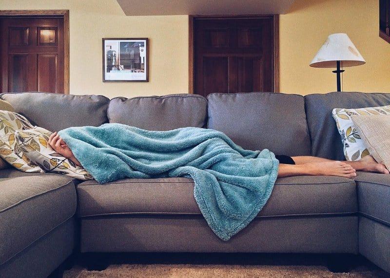 Kostenlos übernachten Couch grau