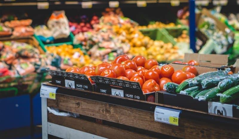 Weltreise finanzieren Lebensmittel im Supermarkt