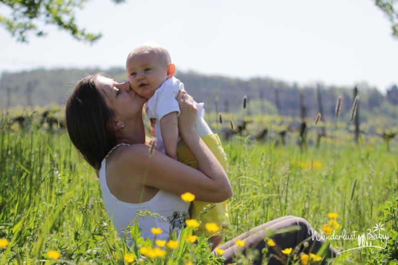 Baby bei Mama in der Natur