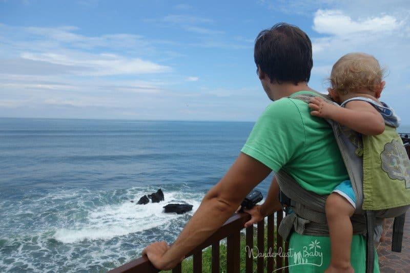 Mann mit Kind blickt übers Meer