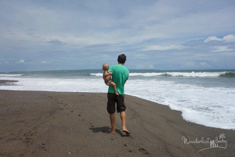 Mann mit Kind am Strand