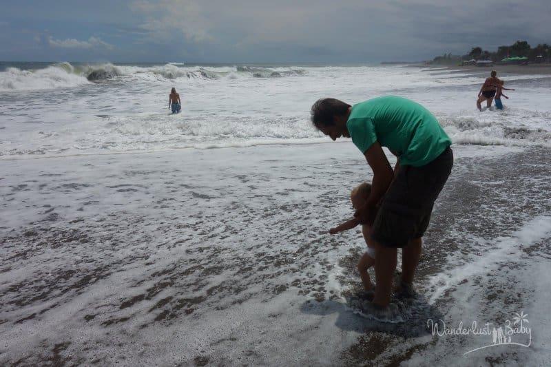 Mann mit Kind im Meer
