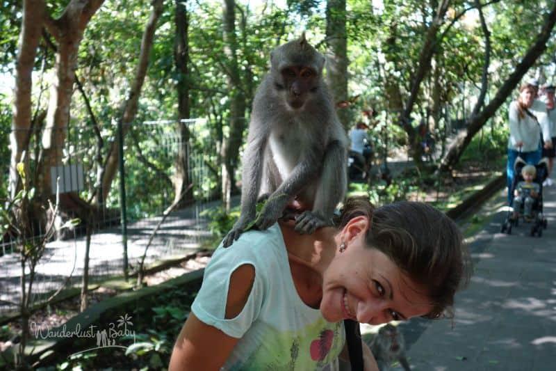 Frau mit Affe am Hals