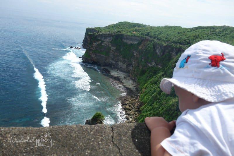 Kind blickt übers Meer