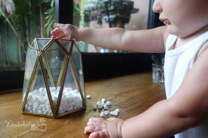 Kind wirft Steine ins Glas