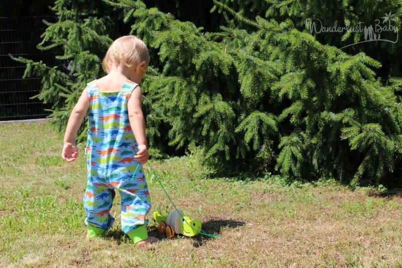 Kind im Garten mit Spielzeug