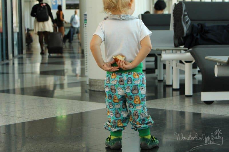 Kind im Flughafen