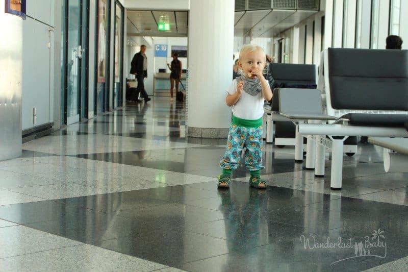 Kind am Flughafen