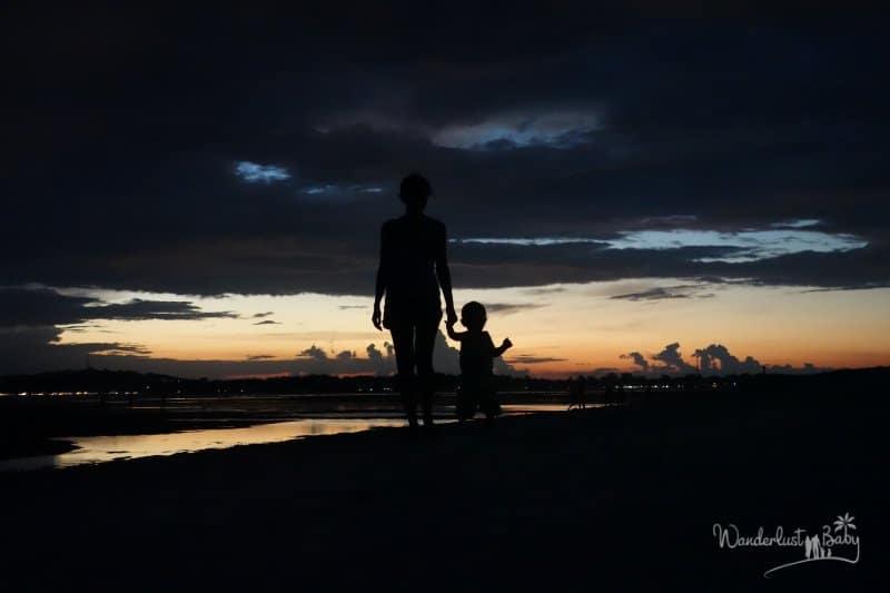 Mutter mit Kind im Sonnenuntergang