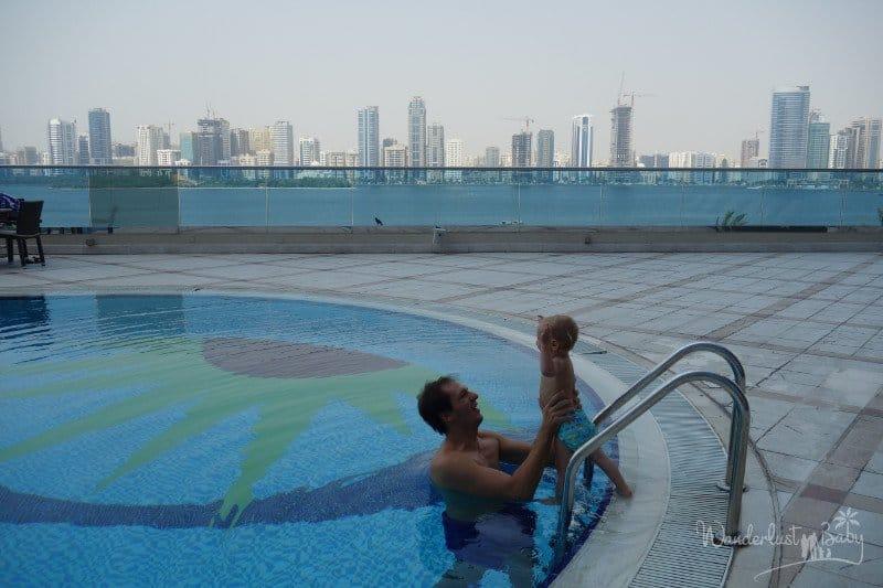 Mann mit Kind im Pool