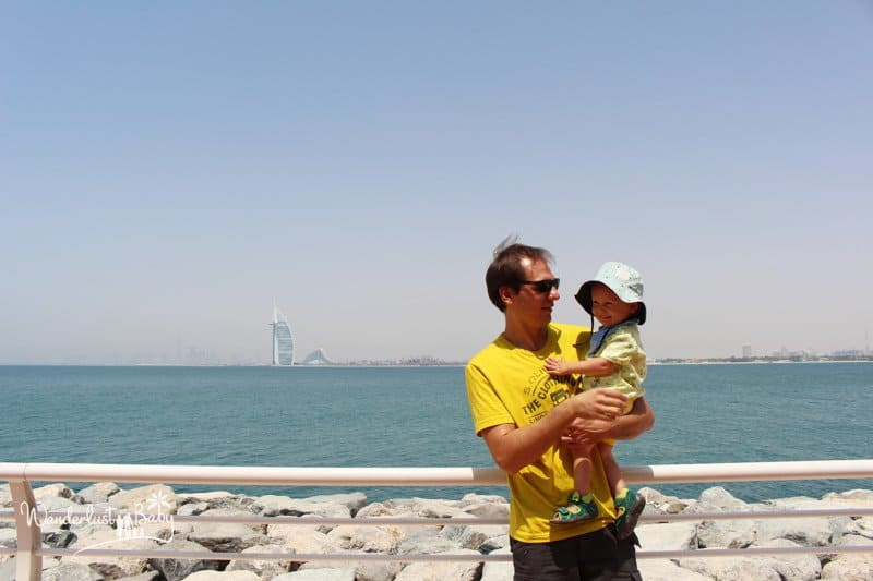 Vater mit Kind am Strand