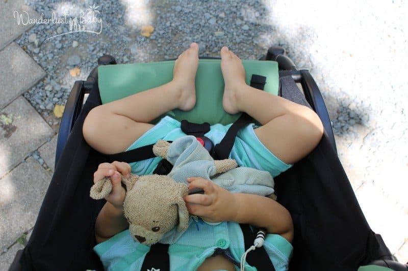 Kleinkind im Buggy von oben