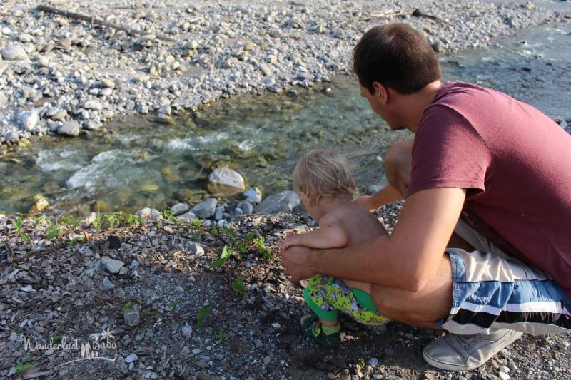 Mann mit Kind am Fluss