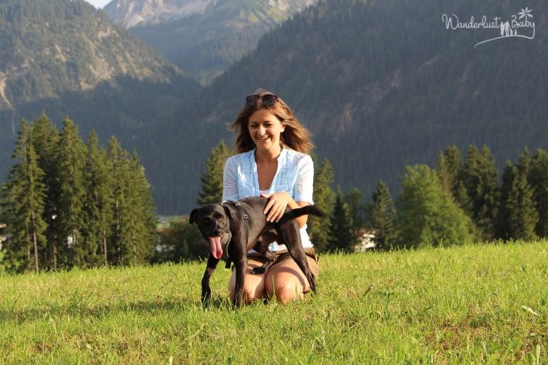 Frau mit Hund auf Wiese
