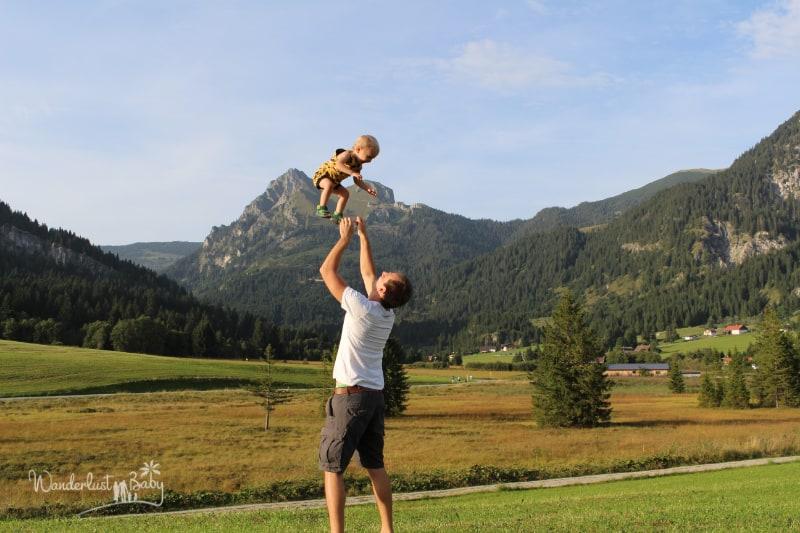 Mann schmeisst Kind in die Luft