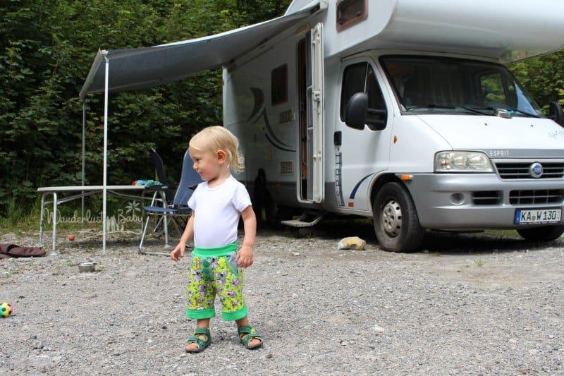 Kind neben Wohnmobil