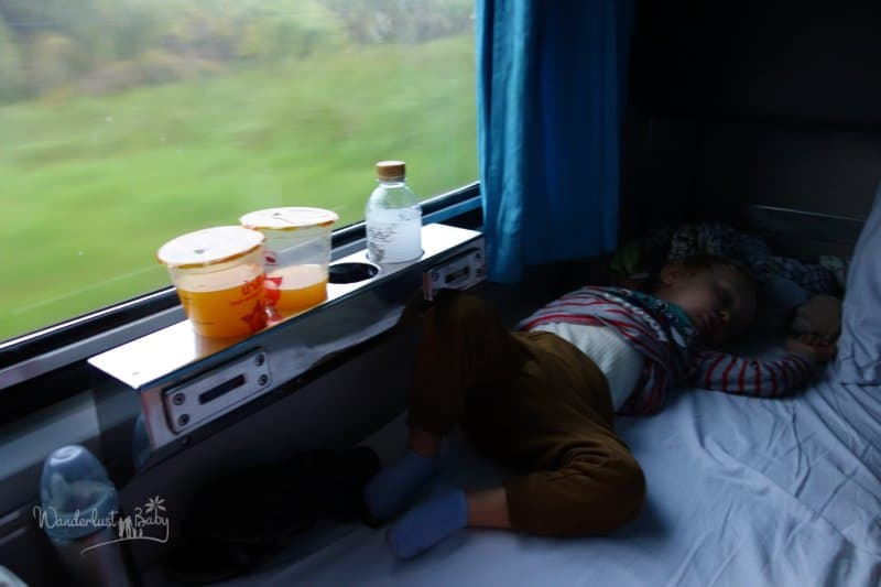 Kind schläft im Nachtzug Thailand