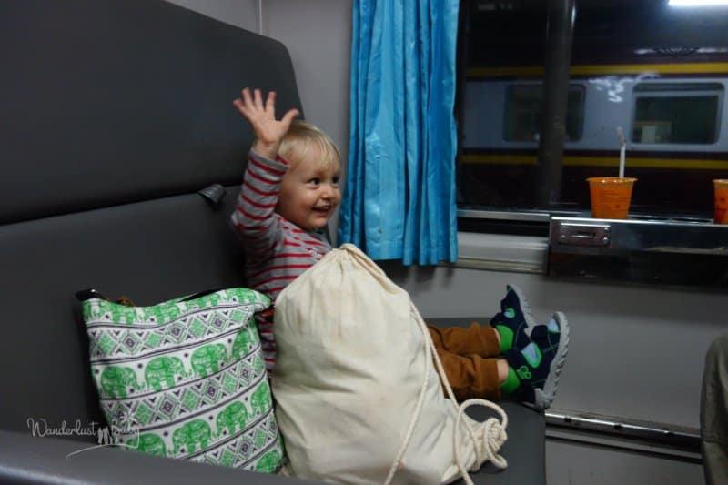 Kind im Zug in Thailand