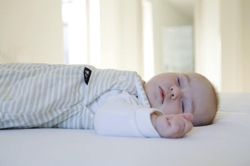 Idealer Schlafsack für Neugeborene & Tipps zum gesunden Babyschlaf!