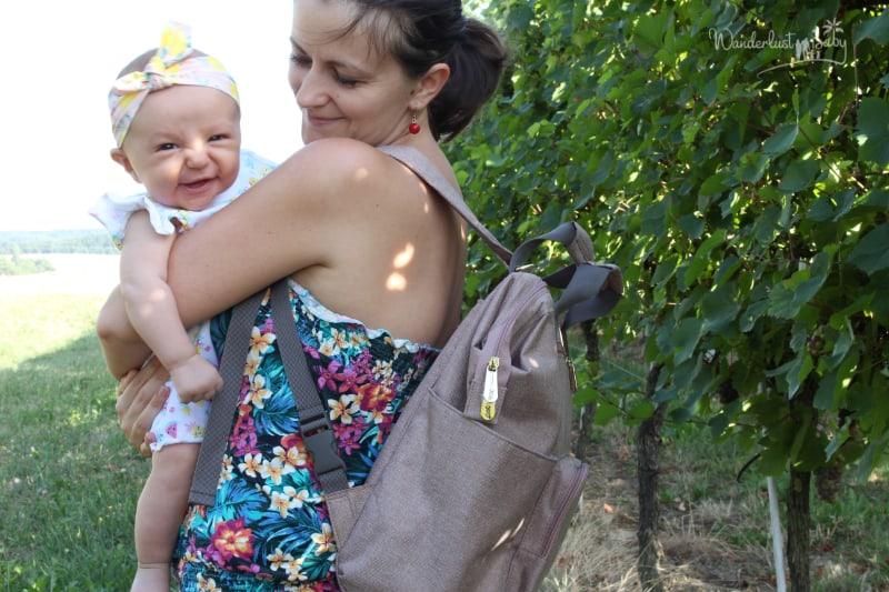 Mama mit Baby draussen