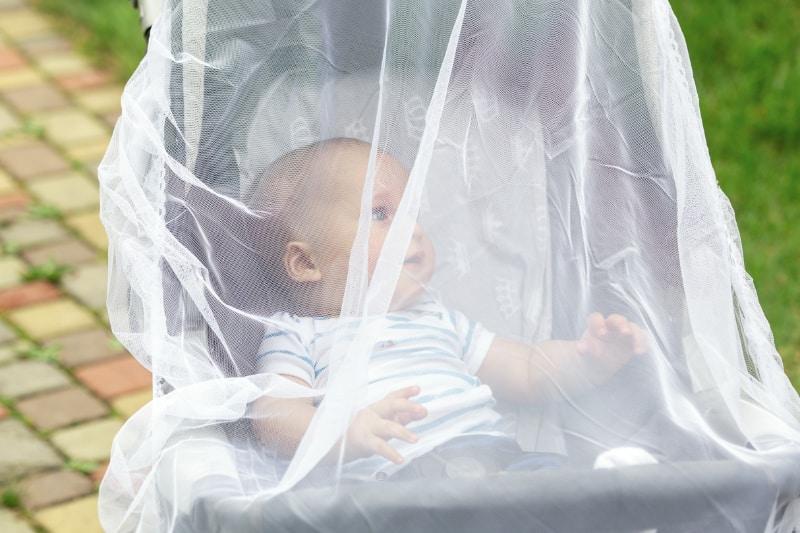 reer Insektenschutz für Babyschale Weiß Schutz gegen Insekten Baby tragen sicher