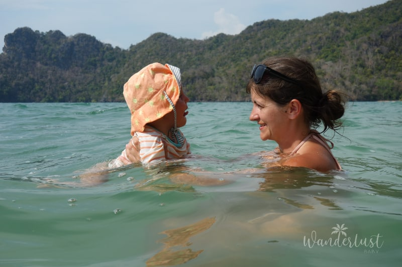 Mama und Baby im Meer